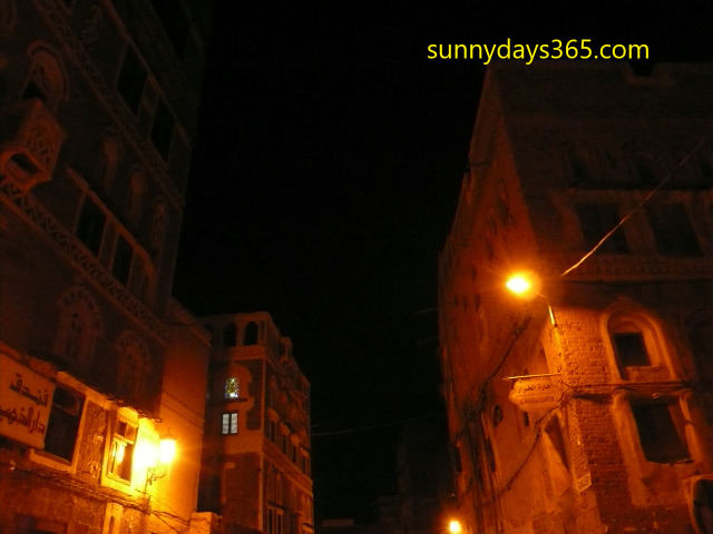 街頭に照らされた漆喰の建物