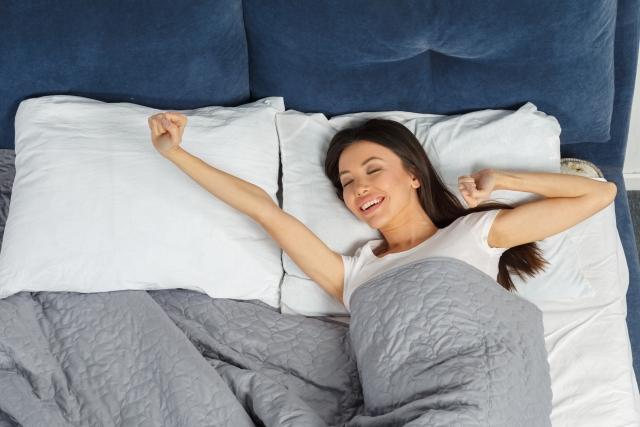 寝起きでスッキリ表情の女性