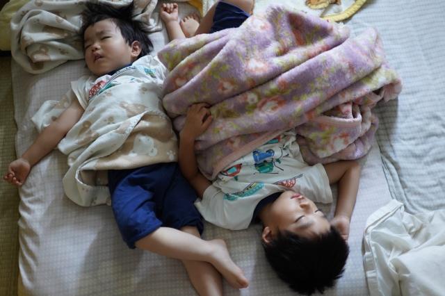 寝相の悪い子供たち