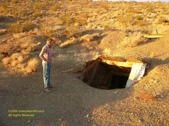 横穴式の廃坑入口とへ案内してくれたロッキー