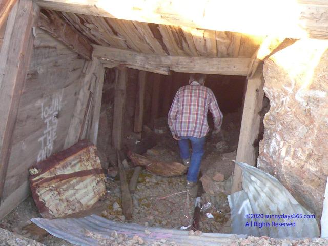 横穴式の廃坑へ入っていくロッキー