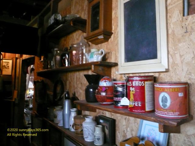 アンティークショップ店内にあった19世紀の空き缶や食器