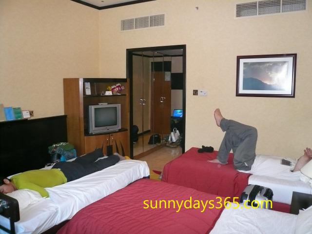 ドバイ市内のホテルで休憩中