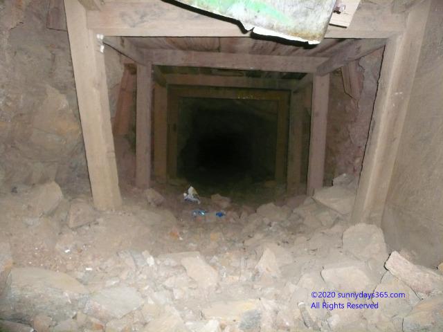 横穴式の入口付近