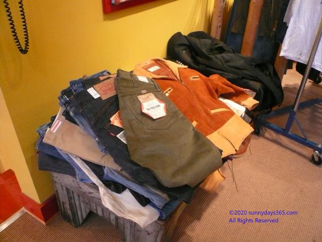 かなり昔に閉店したショップ倉庫から見つかった年代物の数々のジーンズ
