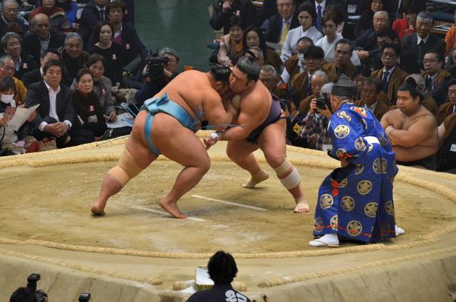 相撲の取り組み風景