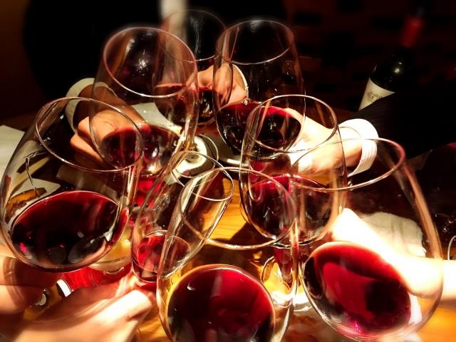 ワインで乾杯の図
