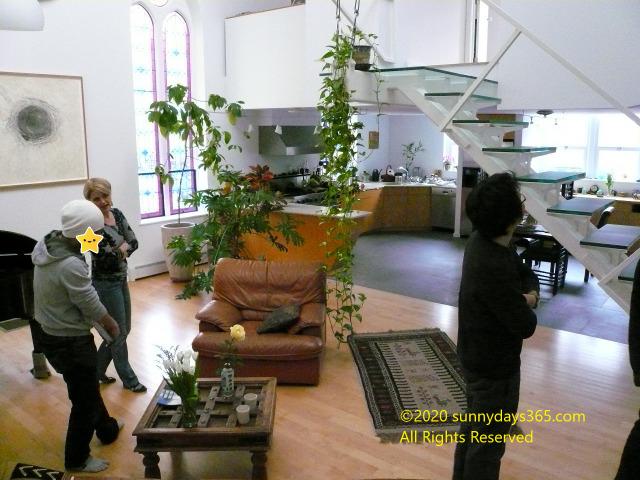 フリーガン女性の自宅内リビング