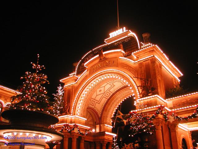 クリスマスでライトアップされたチボリ公園入り口