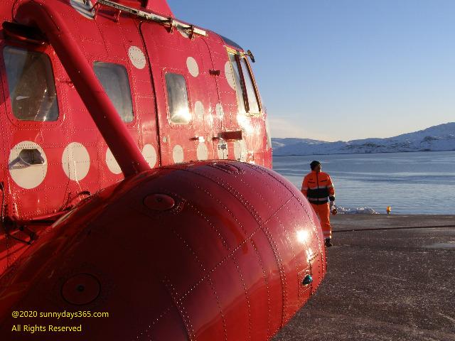 カコルトク空港に降り立った大型旅客ヘリ