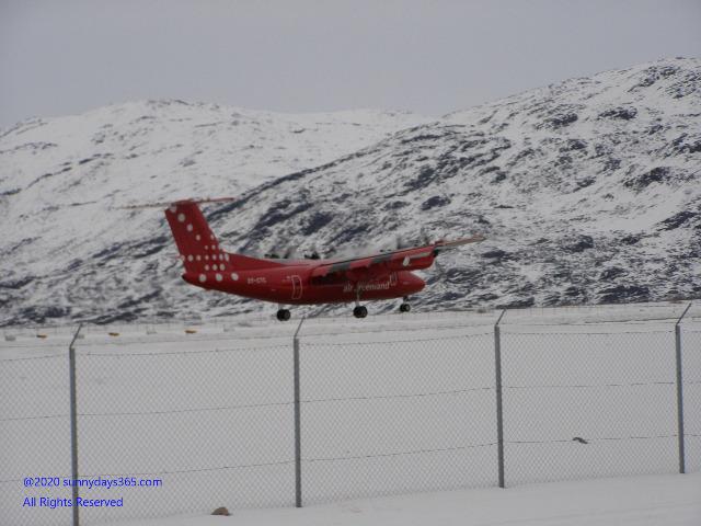 ナルサーク空港に降り立ったプロペラ旅客機