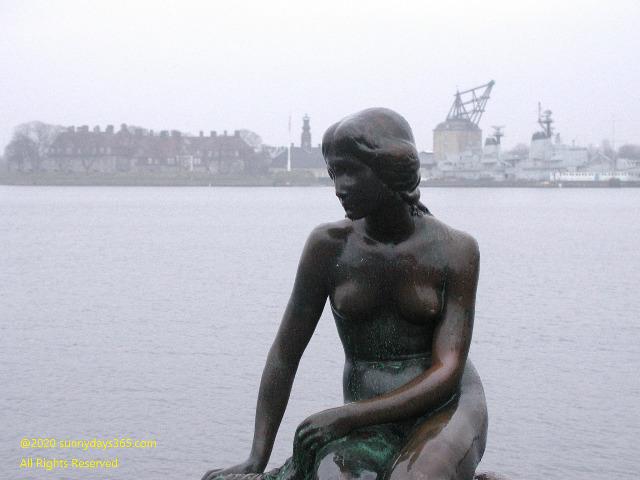 コペンハーゲン市内から外れた寂しい場所にある人魚姫の像