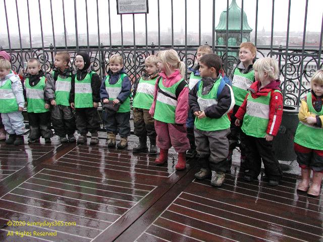ラウンドタワーからの眺望を見学にきた地元の幼稚園児たち
