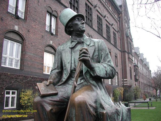 チボリ公園前に設置されたアンデルセン像