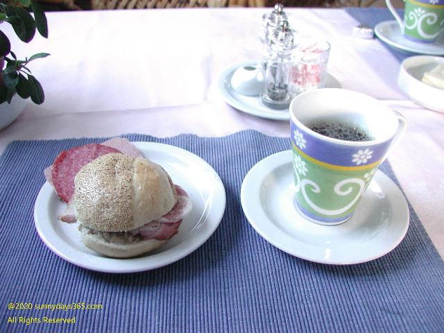 ダイニングでセルフアレンジしたハムのサンドイッチと香り高いコーヒー