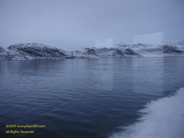 船から見た厳冬のフィヨルドの海