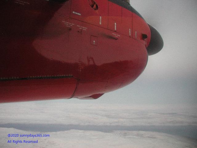 カコルトクへ向かう機内から撮ったプロペラエンジン