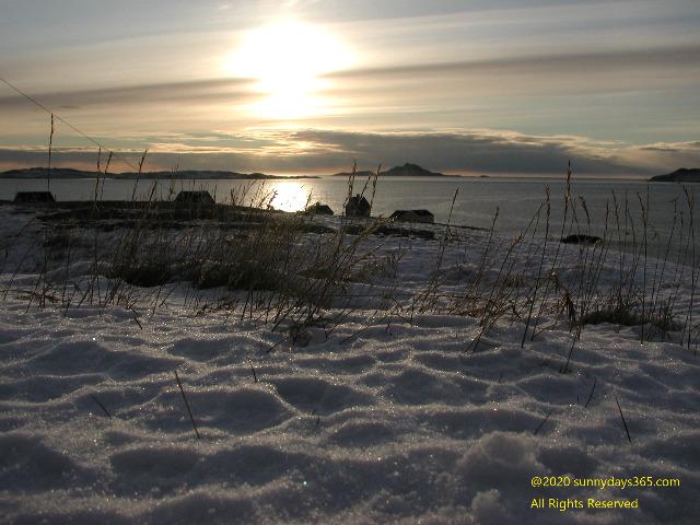 カラカラに乾燥した雪と夕陽