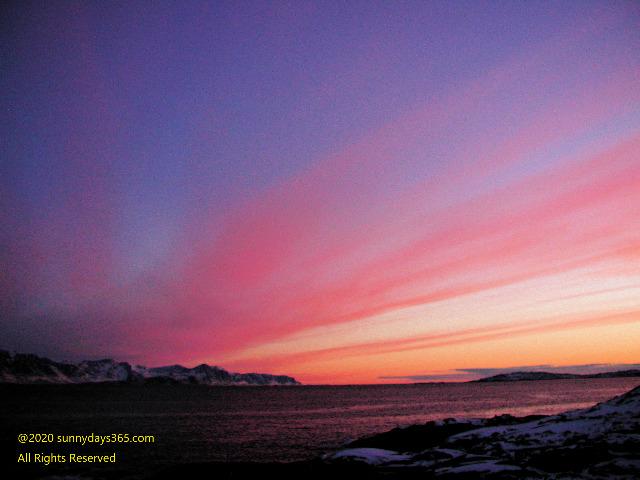 夕陽に染め上げられた北極圏の空