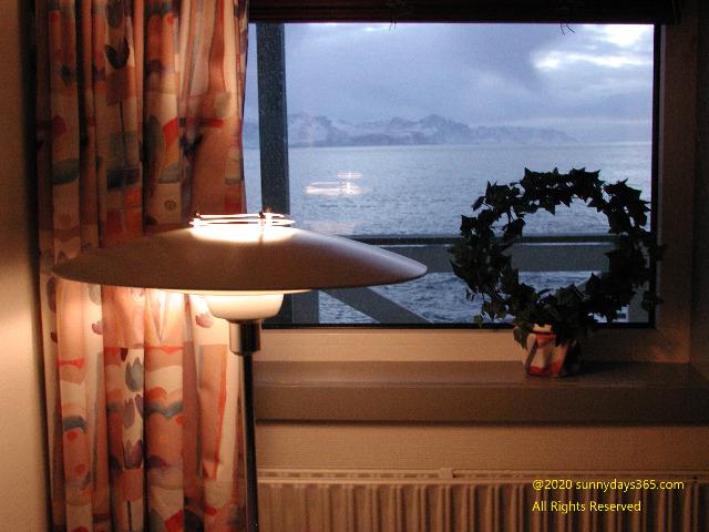 シーサイドホエールホテル客室窓辺に飾られたクリスマスリース
