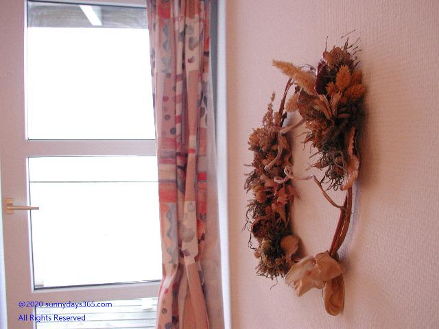 シーサイドホエールホテル客室内に飾られたクリスマスリース