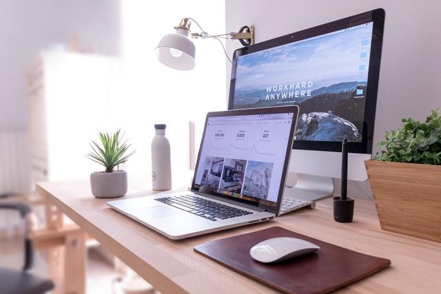 ノートPCと大画面のモニター