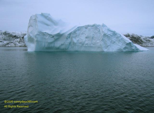フィヨルドの海に浮かんだ巨大な氷山