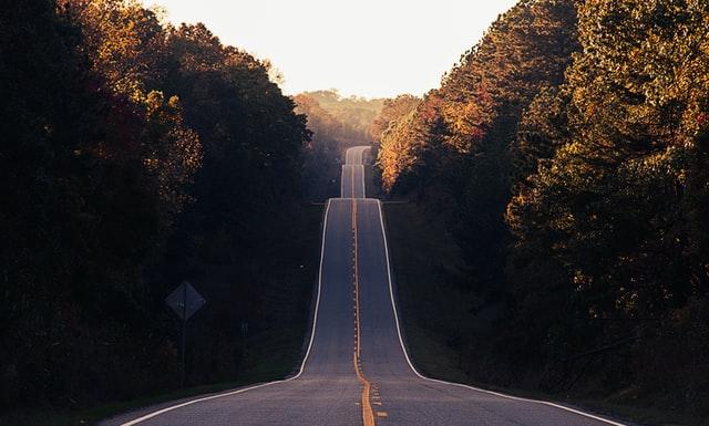 長く続いていく道路