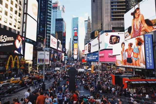 広告で溢れる街頭