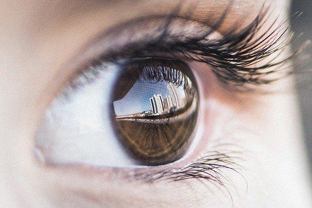 外の風景が映った瞳のアップ