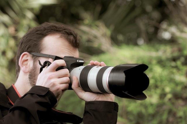 望遠レンズで撮影しているカメラマン