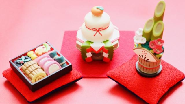 お正月のおせちと鏡餅、門松の模型