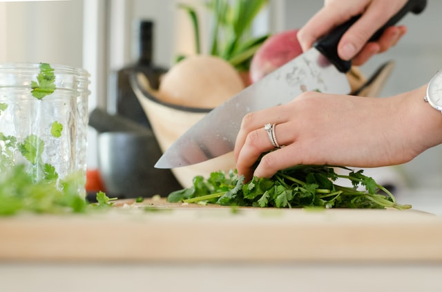 包丁で野菜を切っている手元