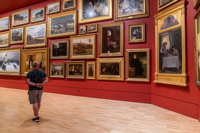 美術館で絵を見ている男性