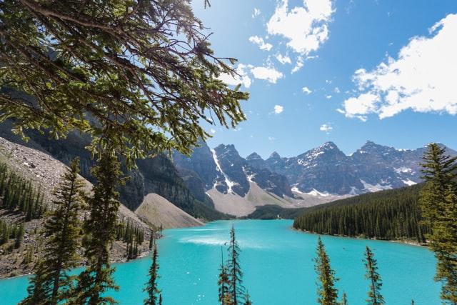 画各16:9のキレイな湖と山並み