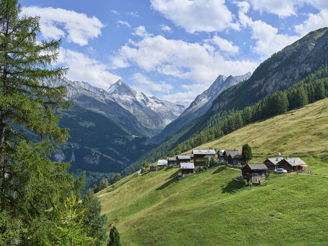 画角4:3の山あいの村の風景