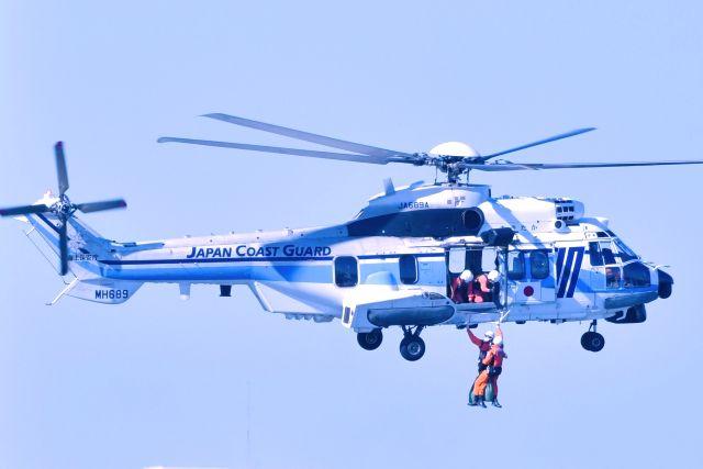 ホイスト降下訓練中の海上保安庁ヘリと救難スタッフ