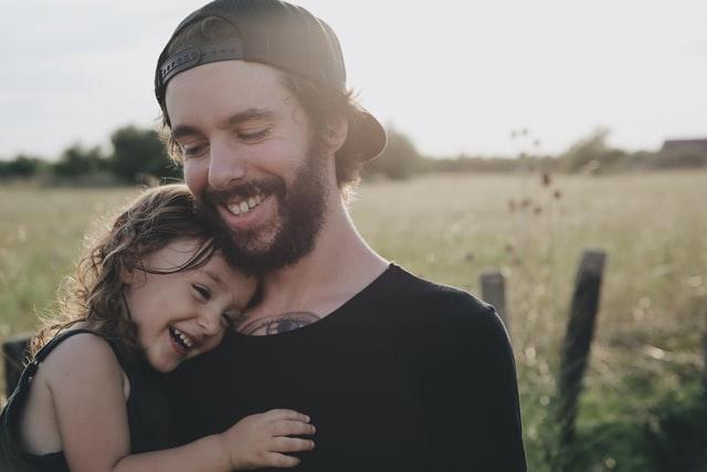 自然な笑みを浮かべる親子